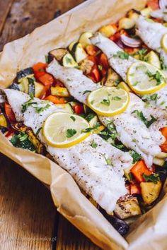 Ryba pieczona na warzywach - Poezja smaku Healthy Snacks, Healthy Recipes, Love Eat, Kitchen Recipes, Health Diet, Easy Cooking, Fish Recipes, I Foods, Clean Eating