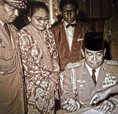 """""""... Even Hashim Ning should be exposed ashtray thrown Bung Karno,"""" You are one of Suharto """"So Bung Karno shouted."""" Pahlawan Indonesia, President Of Indonesia, Founding Fathers, Presidents, Historical Pictures, Jakarta, History, Indie, Memories"""