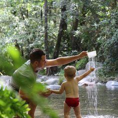 Avui ens hem escapat fins el Montseny 🌳. En Nil s'ha banyat per primer cop al riu, de fet no en volia sortir, això que l'aigua era fresqueta. Agafar pedres, donar-ne a la nostra gossa 🐶 tot rient, jugar amb diferents pots que hem portat,... Ens ho hem passat pipa veien disfrutar al nostre follet 😍