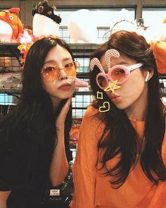 Nayeon, Kpop Girl Groups, Kpop Girls, Berry Good, Pretty Girls, Ulzzang, Round Sunglasses, Berries, Image