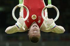 Denis Abliazin del equipo de Rusia reliza un ejercicio en anillos en la final de…
