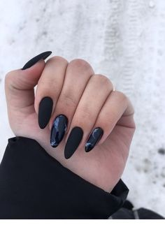 Semi-permanent varnish, false nails, patches: which manicure to choose? - My Nails Halloween Acrylic Nails, Black Acrylic Nails, Almond Acrylic Nails, Black Nails, Pink Nails, Black And Purple Nails, Black Almond Nails, Black Manicure, Color Nails