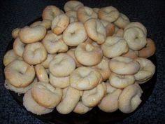 Appelés chez nous « Rollicos ». Ces petits gâteaux secs au vin blanc sont d'origine Pieds-noirs. Dans notre famille ont les faits principalement pour les fêtes. L'avantage est que l'on peut en préparer une grosse quantité car ils se conservent très bien....