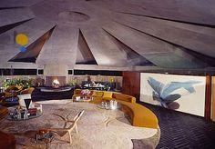 """Ein architektonisches Schmankerl der Extraklasse: das """"Elrod House"""" in Palm Springs, designed von John Lautner, eine Spezialanfertigung für Inneneinrichter-Koryphäe Arthur Elrod aus dem Jahre 1968. Man kennt es aus dem James Bond-Streifen """"Diamonds Are Forever"""", der legendäre Kampf zwischen Bon und den beiden Bond-Biestern Bambie & Thumper (Clip s.u.), außerdem wurde diese Location gerne auch für diverse Playboy-Shootings gepickt. Das... Weiterlesen"""