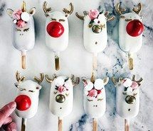 Would you like to surprise them with some delicious Christmas desserts? Take a look at these 6 handmade ideas to make cupcakes, cake pops, biscuits and other typical desserts inspired by this magical celebration. They are really easy! Add a sweet touch to Christmas Cake Pops, Christmas Sweets, Noel Christmas, Christmas Goodies, Christmas Baking, Holiday Desserts, Christmas Parties, Magical Christmas, Holiday Cakes
