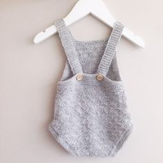 Så fikk jeg endelig strikket babydrakten fra #guttestrikkeboka . Elsker baksiden 💛