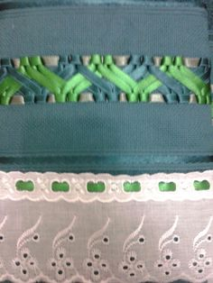 Jogo Toalhas Bordadas com Fita de Cetim  1 Toalha de Banho na cor Verde Escuro  70 x 130 cm  1 Toalha de Rosto na cor Verde Escuro  41 x 70 cm  *Outras cores sob consulta