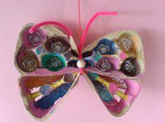 vlinder van een eierdoos met verf en glitter - thema kriebelbeestjes - insecten