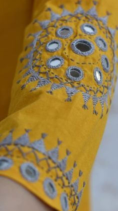 Wonderful embroidery with smooth from Yumiko Higuchi Embroidery On Kurtis, Hand Embroidery Dress, Kurti Embroidery Design, Embroidery Neck Designs, Hand Embroidery Videos, Embroidery On Clothes, Indian Embroidery, Hand Embroidery Stitches, Embroidery Fashion