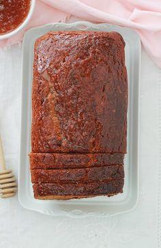 Pain d'épices hyper moelleux, très simple à faire et inratable. A base de lait, huile végétale (sans beurre), oeufs, miel, bicarbonate de soude (sans levure chimique) et des épices pour pain d'épices. Ce pain d'épices est encore meilleur le lendemain de sa préparation. Baking Recipes, Cake Recipes, Grilling Gifts, Pavlova, Winter Food, Sweet Recipes, Biscuits, Banana Bread, Cupcake Cakes