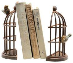 Aparador de livros. Aprisionar passarinho não tá com nada! O legal é aprisionar um monte de histórias e conhecimento. O aparador tem formato de gaiola e se divide em duas partes para prender os livros no meio. Anecdotal Aardwalk.  http://casa.abril.com.br/materia/15-aparadores-para-segurar-os-livros-com-estilo#13