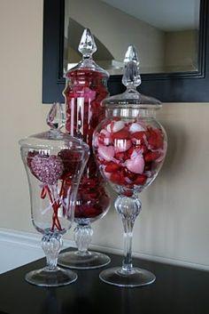 bols transparents remplis de coeurs décoratifs