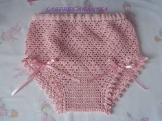 Braguitas de perlé Crochet Fabric, Crochet Lace, Crochet Patterns, Baby Gladiator Sandals, Baby Couture, Crochet Baby Clothes, Filet Crochet, Crochet For Kids, Baby Knitting