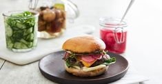 Tegnérin keittiössä: Pikkelöityä punasipulia, kurkkua ja sieniä – Blå Band Salmon Burgers, Hamburger, Ethnic Recipes, Food, Essen, Burgers, Meals, Yemek, Eten