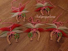 Дървена подкова с детелинка и вълнени бяло, зелено, червено, дърво, вълна, филц, Дървена подкова с детелинка и вълнени бяло, зелено, червено. Подковата е с размер 6х5,5,см. Baba Marta, International Craft, Face Sketch, Folk Art, Christmas Wreaths, Projects To Try, Gift Wrapping, Bulgaria, Holiday Decor