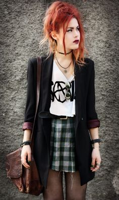 LeHappy. Perú. New York. Plaid skirt+ Black Blazer. Witchy-look. 90's style.