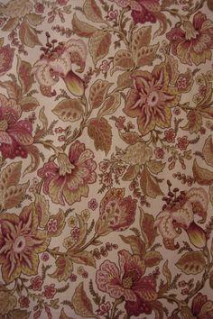 """La india era otro de los productores de algodón. Desde 1780, las personas elegantes utilizaban indianas y otros finos tejidos de algodón hindú. Linón, batista, muselina, gasa.La """"camisa de la reina"""" de María Antonieta estaba confeccionada con algodón hindú y adornada con complejos fruncidos.64"""