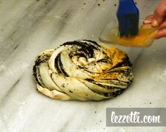 Haşhaşlı Çörek nasıl yapılır? Resimli tarifle yapmayı öğrenin. Fotoğraflı tarifle Haşhaşlı Çörek yapın.