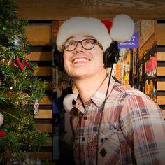 L'animateur écoute de la musique de Noël dans un studio de Radio-Canada, à côté d'un sapin de Noël. Canada, Studio, Christmas Music, Fir Tree, Studios, Study