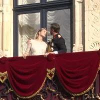 Wort.lu - Video: Der Kuss des Jahres Gleich drei Mal hat Erbgroßherzog Guillaume seine Ehefrau Stéphanie nach der kirchlichen Trauung auf dem Balkon des Palais geküst. Es war der Kuss des Jahres, auf den eine ganze Nation sich gefreut hatte.