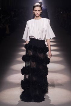 Givenchy Fall 2020 Ready-to-Wear Fashion Show - Vogue Fashion Week Paris, Fashion 2020, Runway Fashion, Fashion Trends, Givenchy, White Fashion, Look Fashion, Fashion Design, Fall Fashion