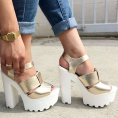 Gold Open Toe Chunky Heels 24 Of The Best Shoes Fashion Trends For Your Perfect Look This Summer – Gold Open Toe Chunky Heels Source Heeled Boots, Shoe Boots, Shoes Heels, Crazy Shoes, Me Too Shoes, Top 10 Shoes, Cute Heels, Pumps, Shoe Closet