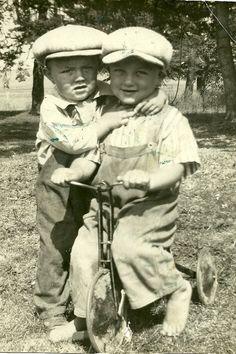 Love old pictures. Vintage Children Photos, Children Images, Vintage Pictures, Old Pictures, Vintage Images, Old Photos, Antique Photos, Vintage Photographs, Vintage Illustration