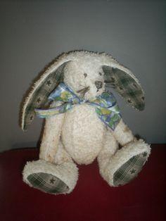 Handgemaakt konijn van verouderde badstof met lange flaporen  Leuk in een shabby chic interieur