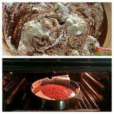 Unire le chiare con il composto di cioccolata aggiungere 3 cucchiai rasi di farina  Cuocere in forno a 180 gradi per 30''