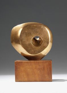 Barbara Hepworth, Pierced Round Form, 1959. Bronze and wood. IDEA: POLAR BEAR BONE WITH A RANDOM WHOLE
