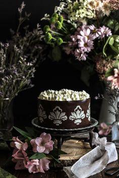 Una bellissima torta che saprà rendere felici anche gli eterni indecisi, prova subito la brownie cheesecake con liquore alla crema. Facile da realizzare!