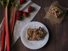 Paleo Strawberry Rhubarb Crumb Bars
