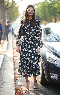 Giovanna Bataglia usa vestido floral de manga comprida com sandália de tiras pretas e óculos off-white espelhado