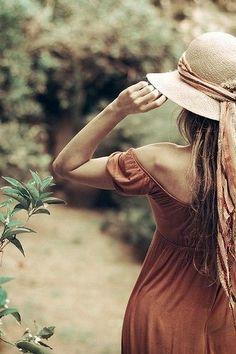 un long ruban autour d'un chapeau de paille...: