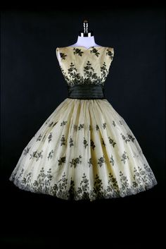 ~Gorgeous 1950s dress with embroidered flowers~
