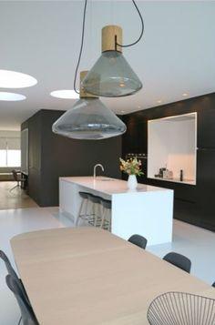 Moderne rijwoning met duidelijke knipoog naar het verleden • www.hvh-architecten.be (renovatie • keuken • keukeneiland • gietvloer • zwarte wand • vintage verlichting)