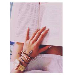 Dopo tre mesi che non mi concedevo alla lettura..... Eccomi che mi sto mangiando in un fiato un libro stupendo. - Per un giorno d'amore -