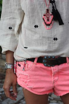 Pink shorts w/ Tribal shirt. Looks Street Style, Looks Style, Style Me, Mode Shorts, Look Fashion, Womens Fashion, Curvy Fashion, Fall Fashion, Estilo Hippie