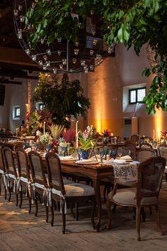 Mesa comunitária em casamento outonal, colorido rústico, chique e elegante.  Foto: Julia Ribeiro