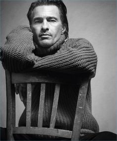 Sporting a cozy sweater, Olivier Martinez fronts Mango Man's fall-winter 2017 campaign.