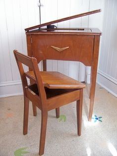 69 Ideas sewing machine table chair for 2019 Diy Sewing Table, Sewing Desk, Sewing Machine Tables, Antique Sewing Machines, Sewing Rooms, Old Sewing Cabinet, Sewing Room Organization, Repurposed Furniture, Furniture Redo
