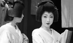 Geisha | 芸妓 君香さんと君晴さん Real-life sisters Kimika (right) and K… | Flickr