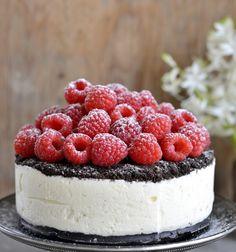 Tekst, styling og foto: Franciska Munck-Johansen Kjempegod kake som ser imponerende ut, men som er veldig enkel å lage. Oreo-iskake med bringebær Bunn 1 1/2 pakke Oreo-kjeks (225 g) 50 g smeltet smør Fyll: 3 dl kremfløte 200 g Philadelphia kremost naturell 1 dl melis frø fra 1/2 vaniljestang, eller 1 ts vaniljesukker 1 ts … Great Desserts, No Bake Desserts, Dessert Recipes, Raspberry Ice Cream, Norwegian Food, Piece Of Cakes, Sweet Tooth, Sweet Treats, Cheesecake