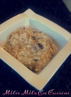 Un risotto simple mais gourmand Ingrédients pour 4 personnes: 300 grammes de poulet ( coupé en gros dés ) 1 oignon 1 échalote 150 grammes de champignons de paris 2 cubes de bouillon de poule 200 grammes de riz arborio 650 grammes d'eau ( ml ) 20 centilitres...