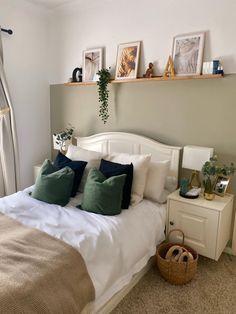 Green And White Bedroom, Green Bedroom Decor, Room Ideas Bedroom, Green Rooms, Home Decor Bedroom, Green Bedroom Design, Night Bedroom, Bedroom Inspo, Sage Bedroom