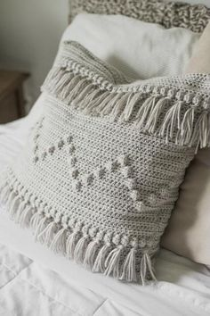 Free Crochet Pattern for The Funky Fringe Pillow — Megmade with Love crochet pillow Crochet Afghans, Crochet Motifs, Crochet Cushions, Crochet Granny, Blanket Crochet, Crochet Ideas, Crochet Stitches, Granny Granny, Totes