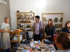 Gustavo López mostrando sus herramientas artesanales
