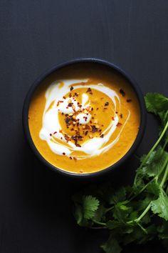 Dette er suppen som kurerer snufsete neser og lindrer sår hals i høst! Gulrotsuppen inneholder gurkemeie og ingefær, som skal være bra for gryende forkjølelser. Og så smaker det jo så godt! Det er …