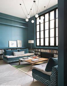 Visitez une maison atypique tout en bleu, vert et noir!