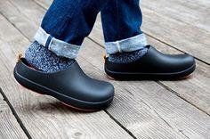 """""""大人のツッカケ""""をコンセプトに、ひと目見てすぐにわかるほどシンプルなデザインに仕上げたサンダルブランド「バイソール」。大手セレクトショップでも取り扱いが増えており、なぜ注目を集めているのでしょうか? 似ているクロックスと比較しながらその魅力を探ります。 Simple Style, My Style, Outdoor Fashion, Club Outfits, Fasion, Rubber Rain Boots, Chelsea Boots, Clogs, Style Inspiration"""